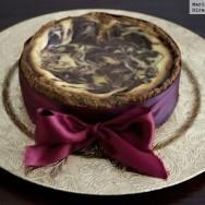 Tarta de queso con remolinos de chocolate