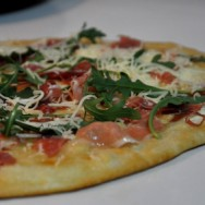 Pizza de rúcula y jamón crudo