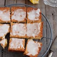 Brownie de chocolate blanco y glaseado de limón